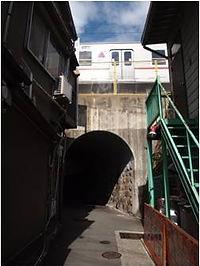 8 . トンネルがあります。