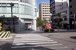 まっすぐ進むと、「御幸通交差点」があります。 左手にTACと書かれた建物がありますので、そちらの方向に横断歩道を曲がります。