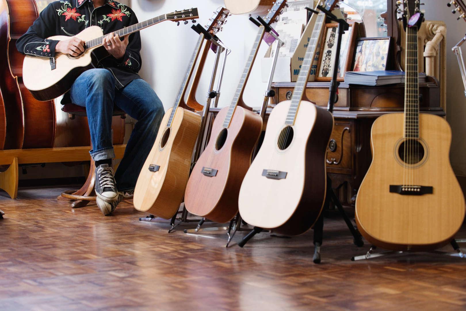 Uomo che gioca chitarra