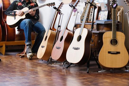 Gitarrist beim großen Gitarrensaiten Test. Er testet Saiten für klassische Gitarre, Westerngitarre, E-Gitarre, Akustikgitarre. Er spielt beste Gitarrensaite von Belfort. Er gibt Tipps zum Gitarrensaiten kaufen.