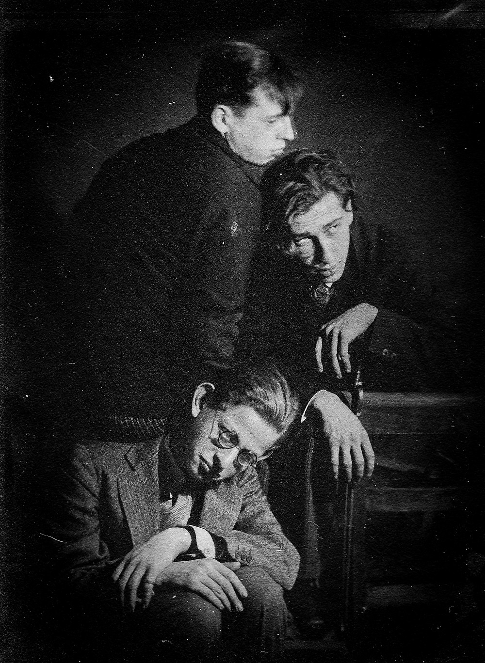 Pablo Tabernero en un autorretrato en la compañía de otros dos estudiantes del curso de Fotografía impartido en Lette-Verein, Berlín 1927-1929