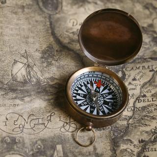 Старинный компас и карта - фон
