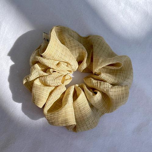 Chouchou oversized en soie beige texturé