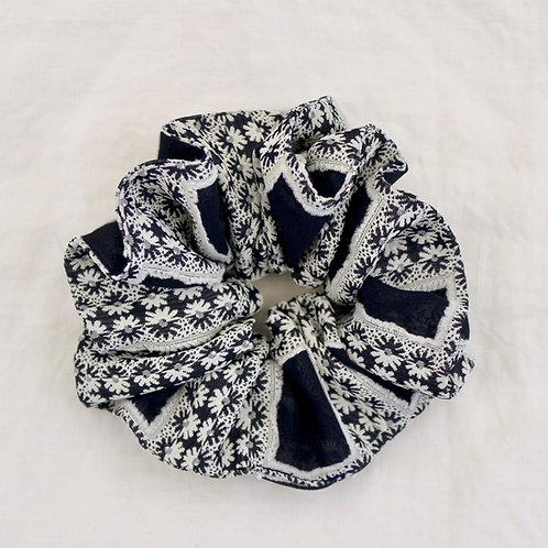 Chouchou oversized motif fleurs marine et blanc