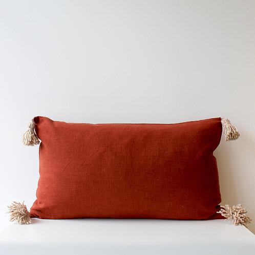 Maxi housse de coussin en lin brique avec pompons en laine