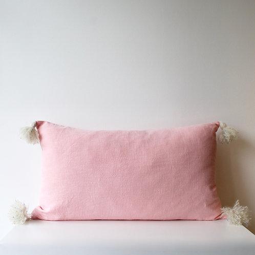 Maxi housse de coussin en lin rose avec pompons en mohair