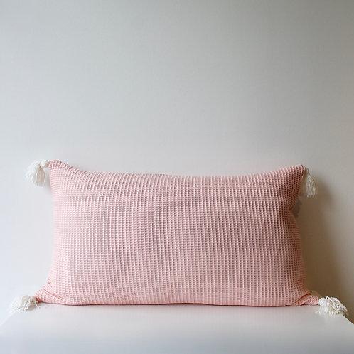 Maxi housse de coussin en nid d'abeille rose pâle avec pompons velours