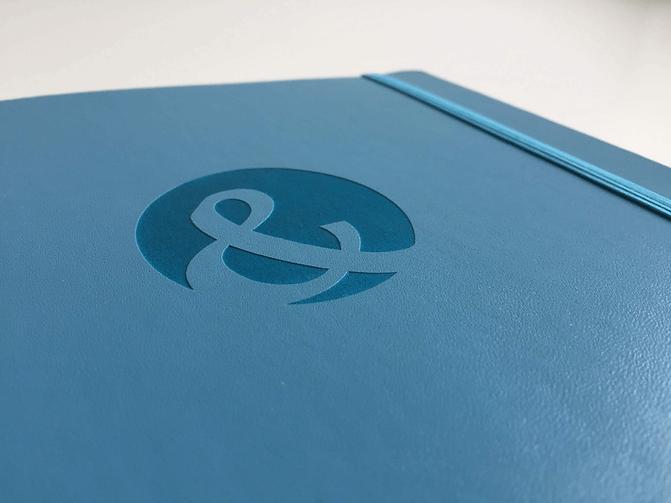 Die Lasergravur zur Veredelung Ihrer Unternehmens-Notizbücher.