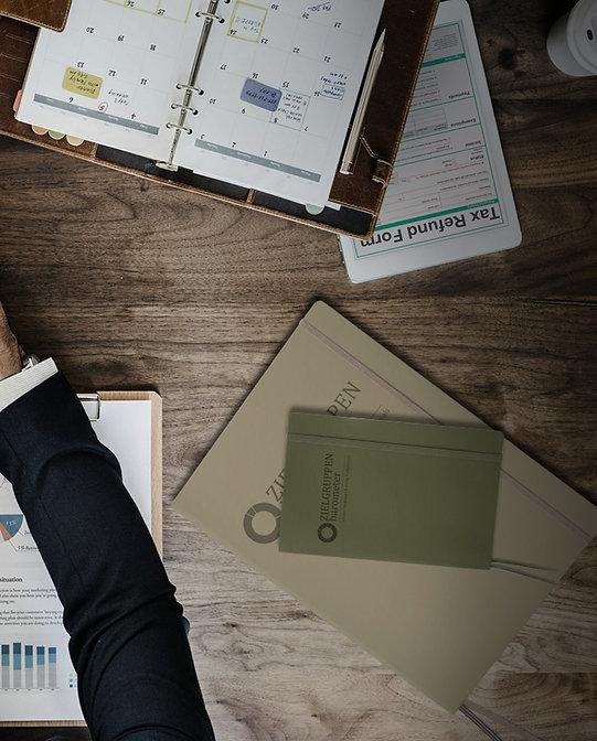 Hochwertige, individualisierte und personalisierte Notizbücher mit Unternehmenslogo und Namen gehören an jeden Arbeitsplatz eines Geschäftsmannes – Notizbücher von Notizgold.
