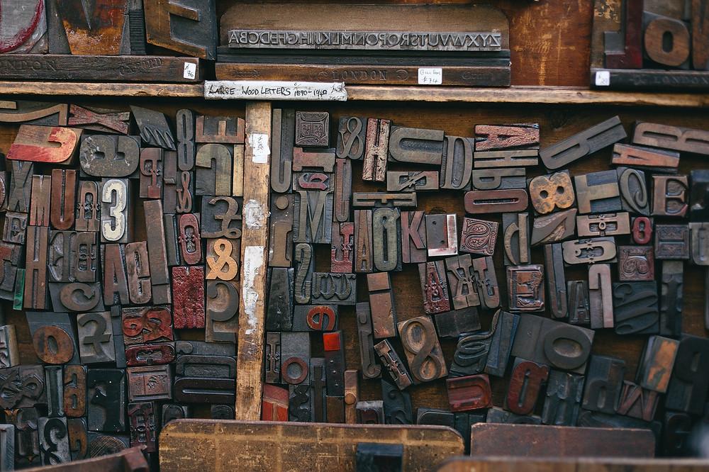Buchstaben für eine alte Druckerpresse - wir bei Notizgold nutzen schon den Digitaldruck