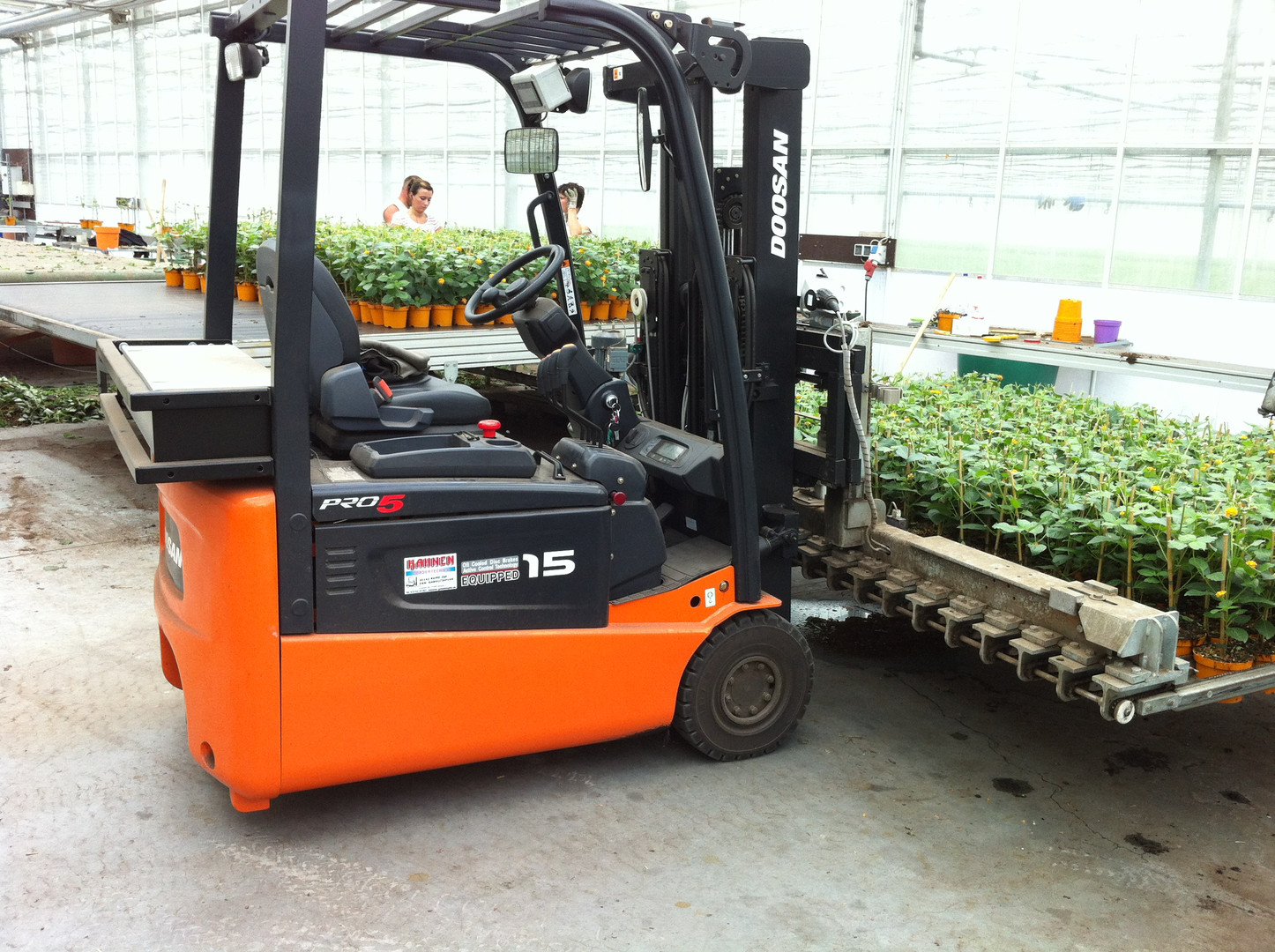 Ideal für den Gartenbau - Visser-Anbaugerät am Doosan Elektro-Gabelstapler - Hahnen