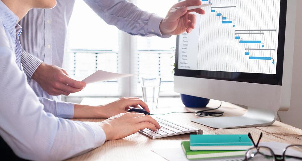 Mitarbeiter in Kontakt besprechen Unternehmensangelegenheiten mit Notizbüchern von Notizgold.