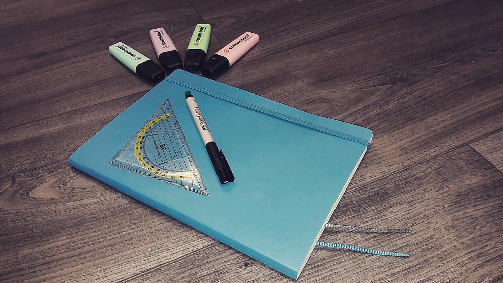 Was genau ist ein Bullet Journal, wie wird es gestaltet und welche Notizbücher eignen sich am besten dafür? Der Notizgold-Blog hilft Ihnen dabei.