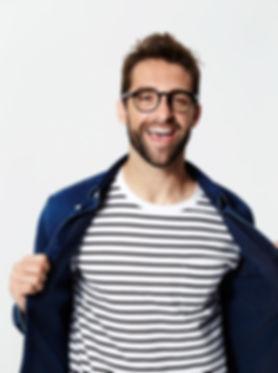 Mann mit gestreiften T-Shirt