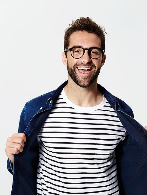 L'homme avec T-shirt rayé