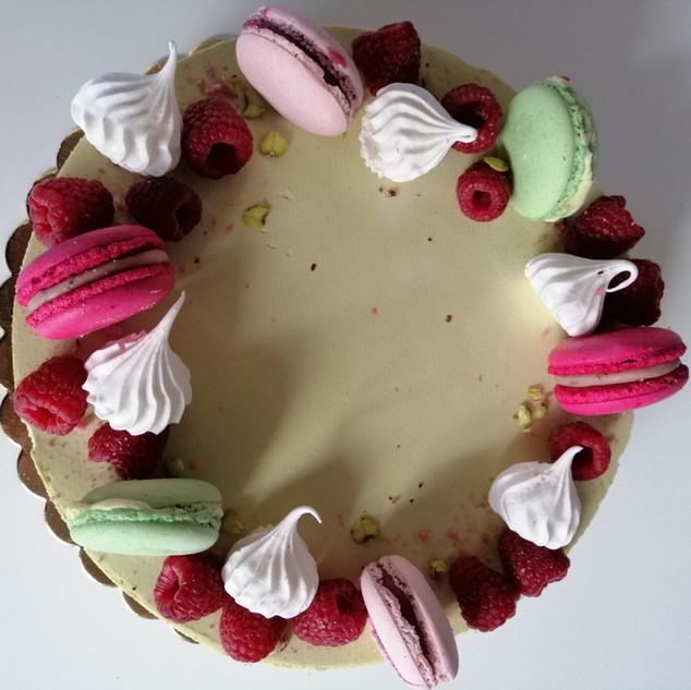 Macaronnal, habcsókal és gyümölccsel díszített torta