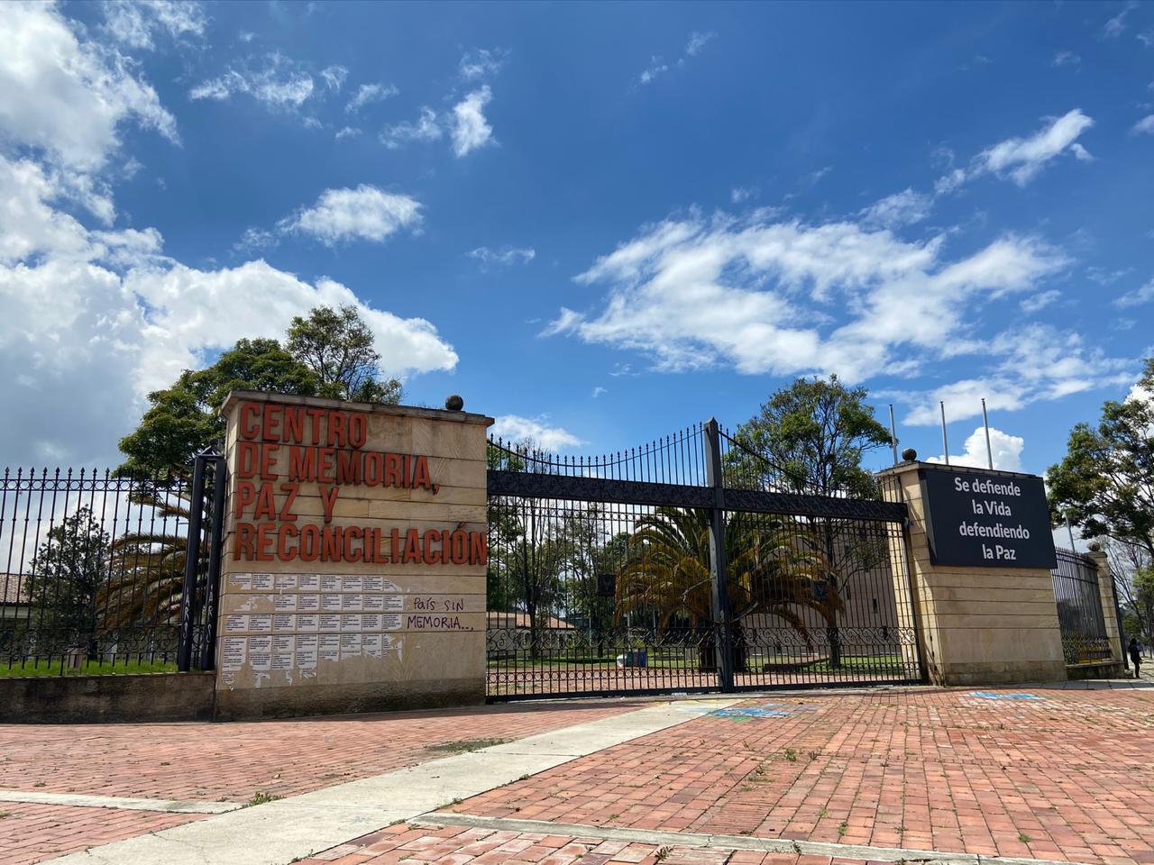 Cdmh1: Entrada principal del Centro de Memoria Histórica con vista a la ciclovía de la calle 26.