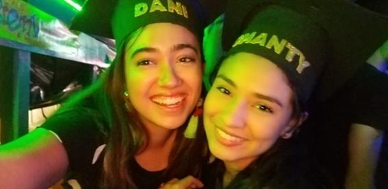 De fiesta en la chiva rumbera con mi amiga venezolana
