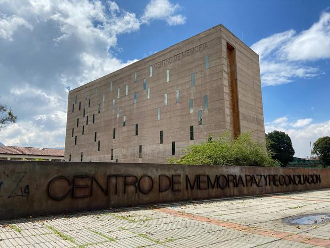 Cdmh 3: Plano de la entrada lateral del Centro de Memoria Histórica. Un monumento imponente y moderno que recuerda a las víctimas del conflicto en nuestro país.