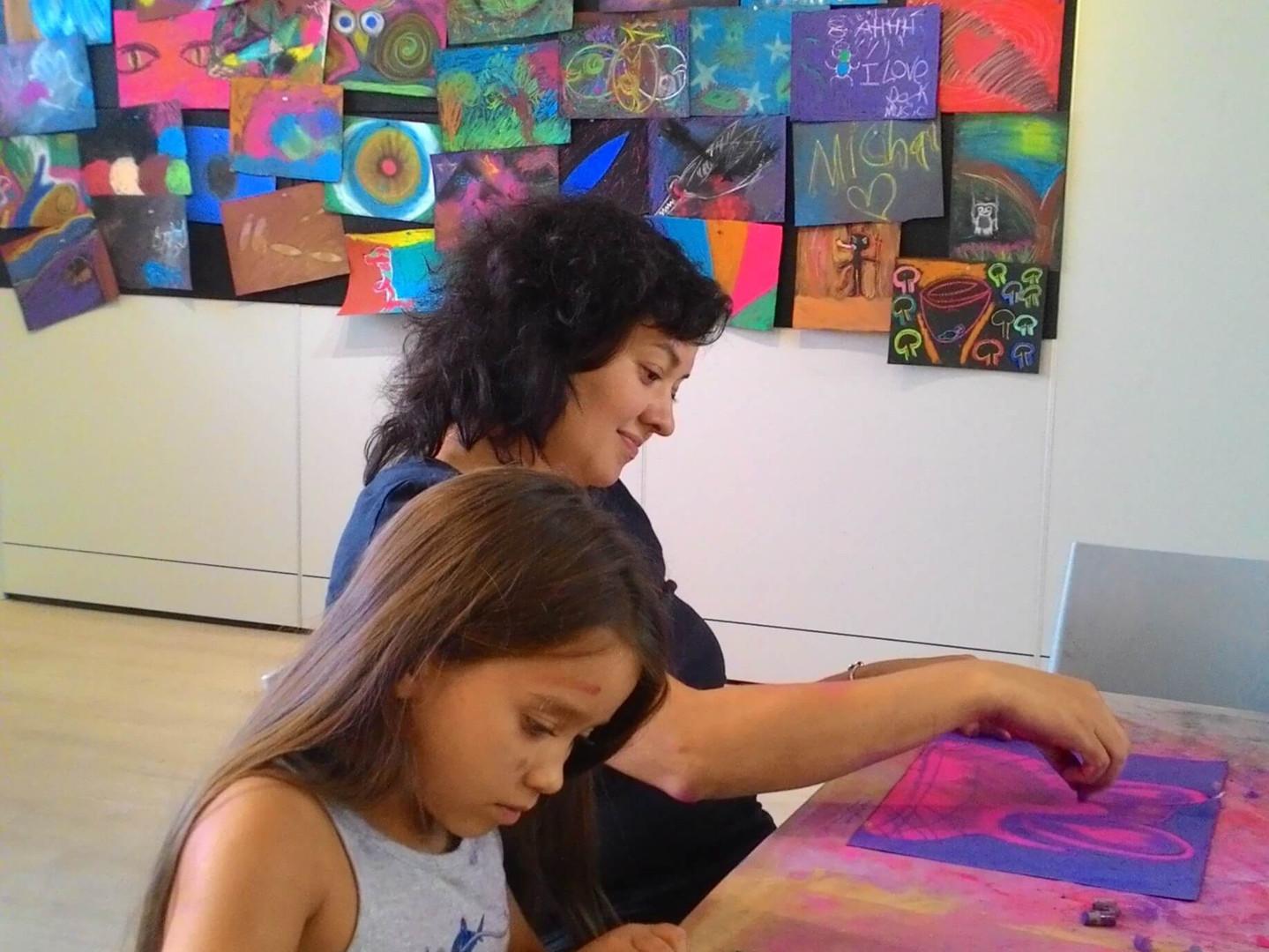אמא וילדה מציירות זו לצד זו