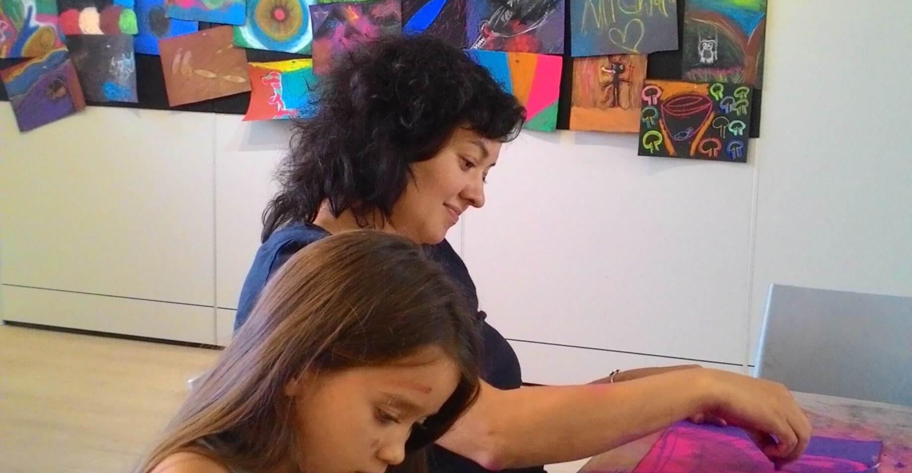 אמא ובת מציירות יחד בסדנא משותפת
