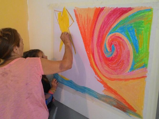 אמא ובת מציירות בפנדה על הקיר