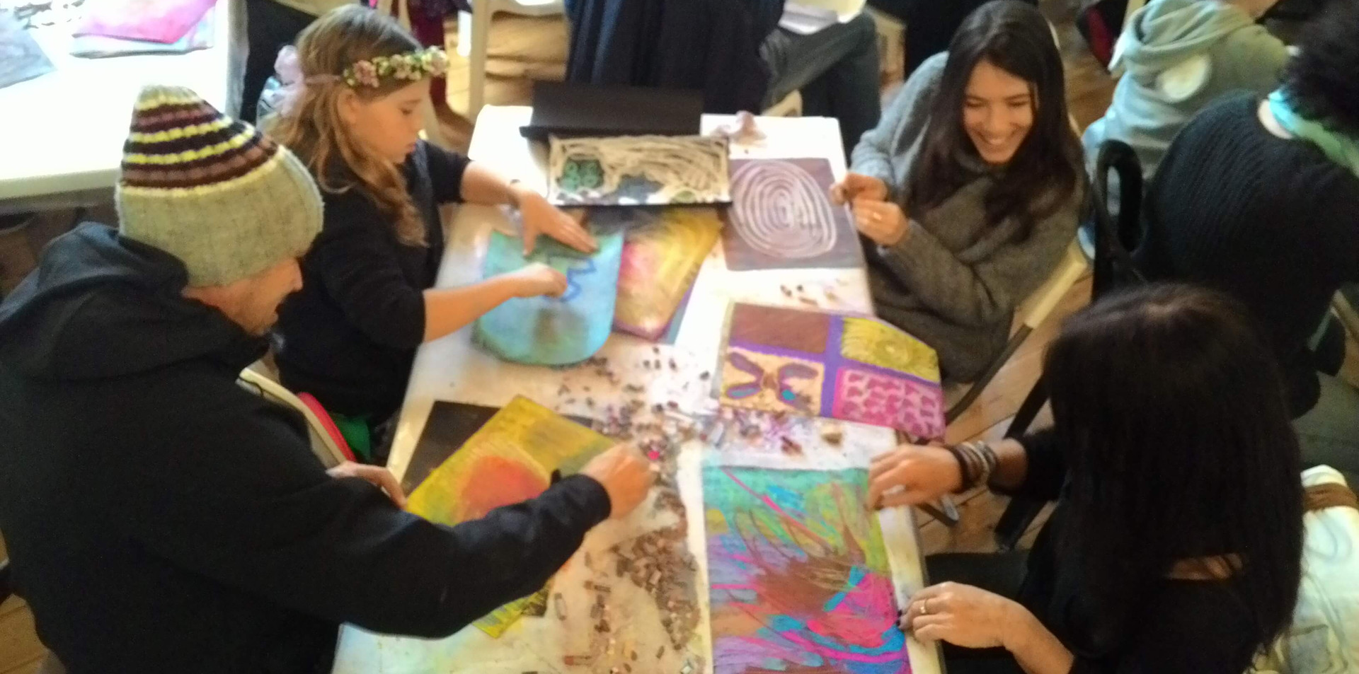 משפחה מציירת יחד בסדנא משותפת