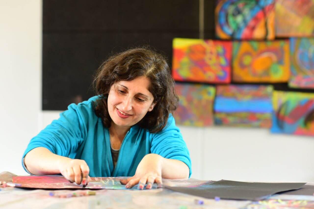 מציירת ציור אינטואיטיבי עוד מעט נתלה על הקיר