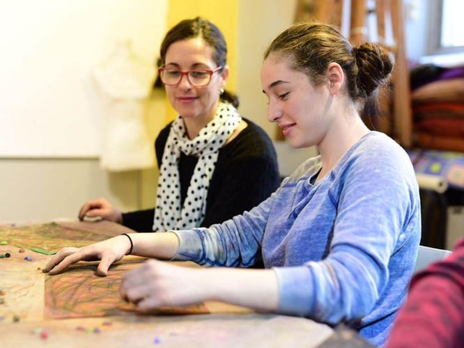 מבט בין אמא לבת בסדנאת ציור אינטואיטיבי