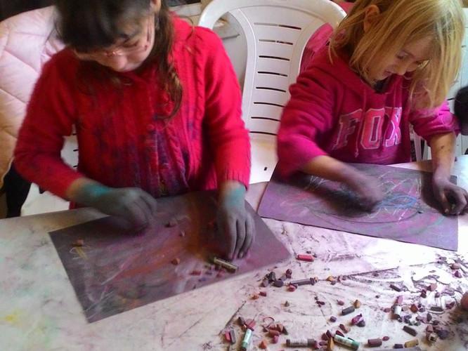 ילדות מציירות בורוד ובאדום