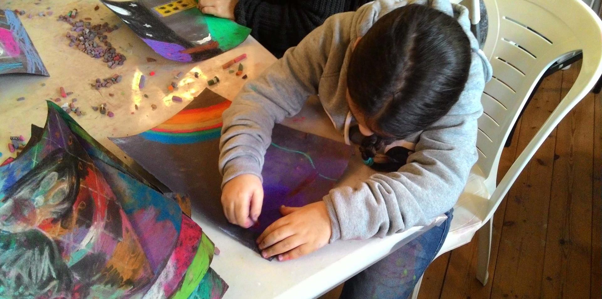 ילדה שקועה בציור אינטואיטיבי