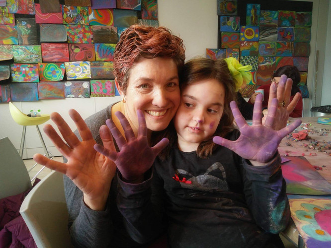 אמא ובת מאושרות בסוף סדנאת ציור אינטואיטיבי