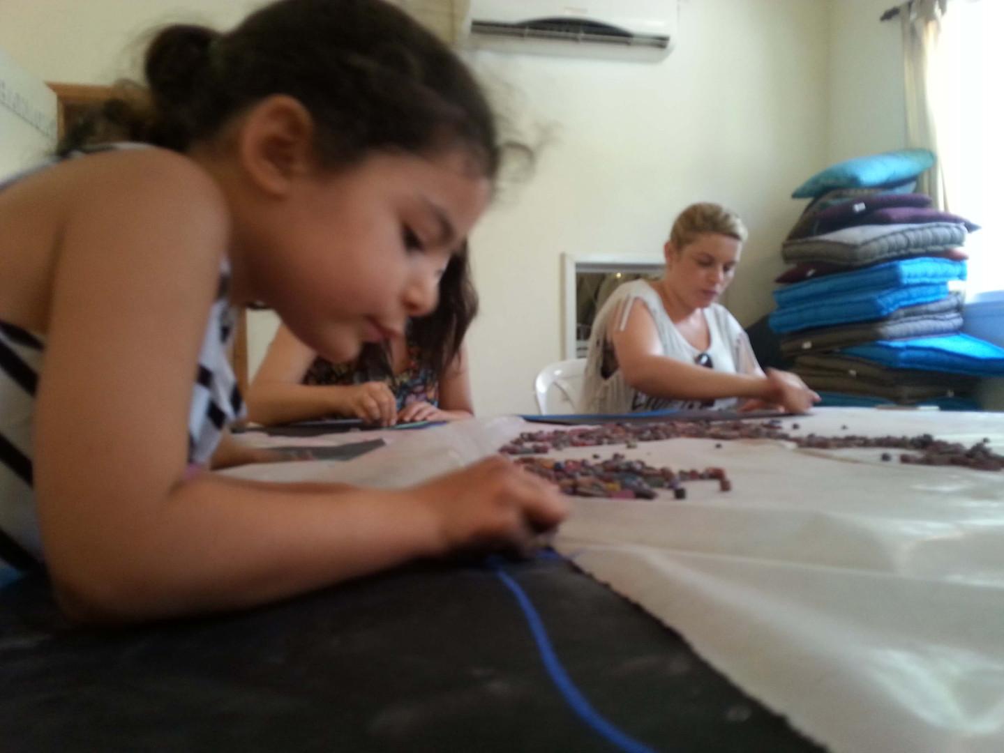 ילדונת מציירת ציור אינטואיטיבי