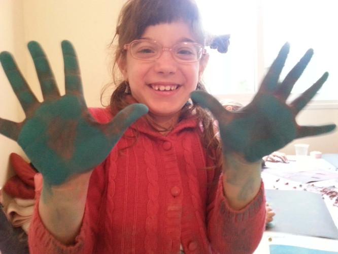 ילדה באדום עם ידיים ירוקות