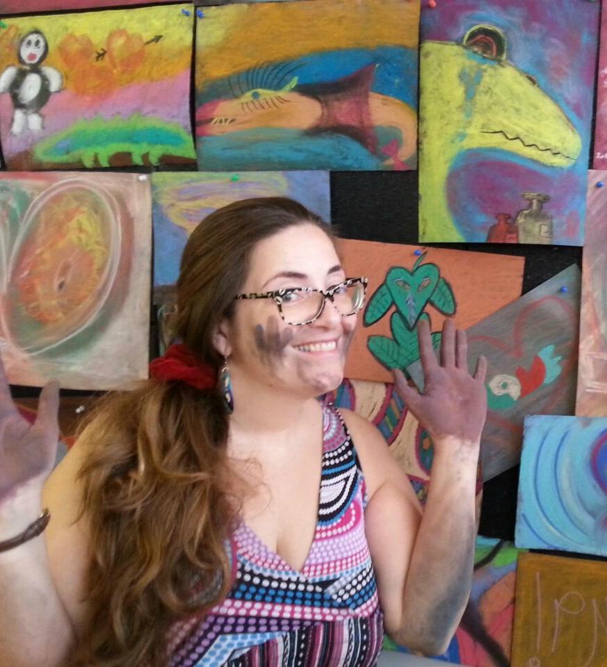 מציירת שמחה על רקע ציור אינטואיטיבי