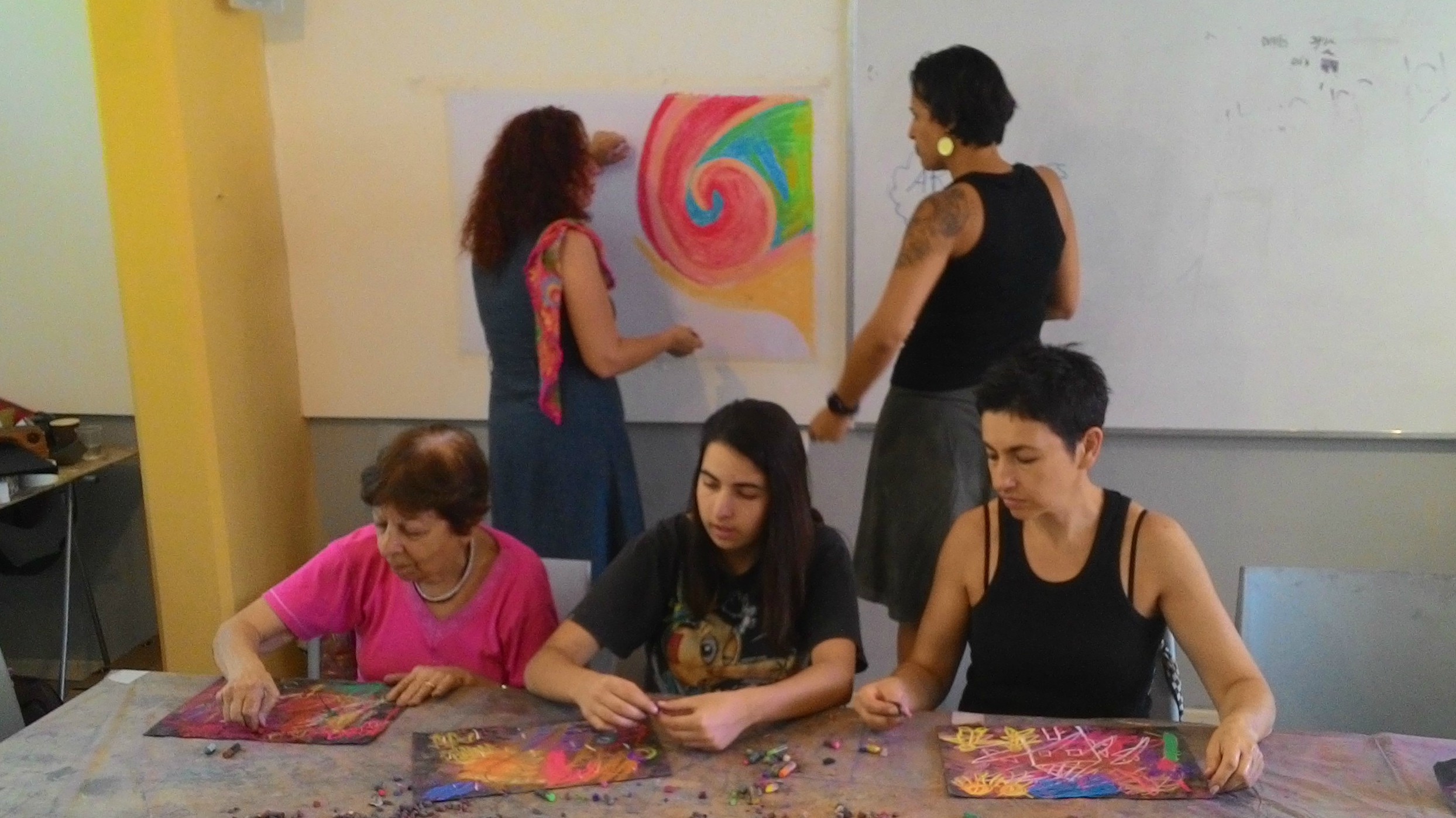 משפחה מציירת יחד על רקע ציור פנדה