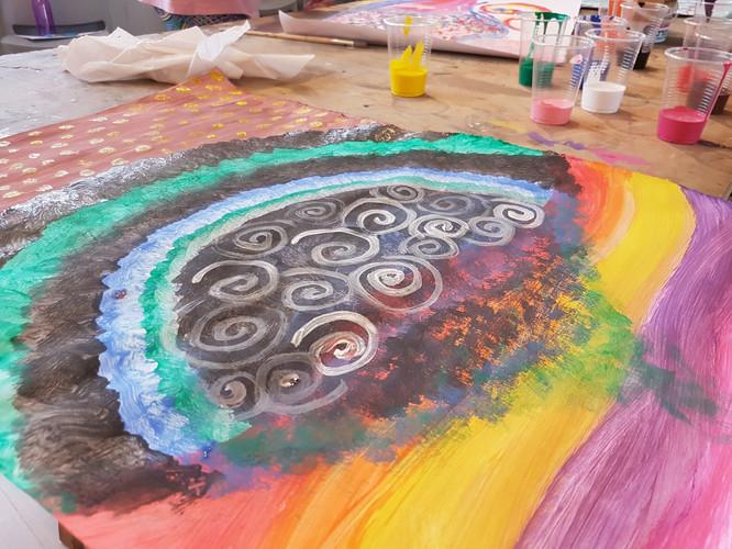 ציור צבעוני בגואש על ספירלות