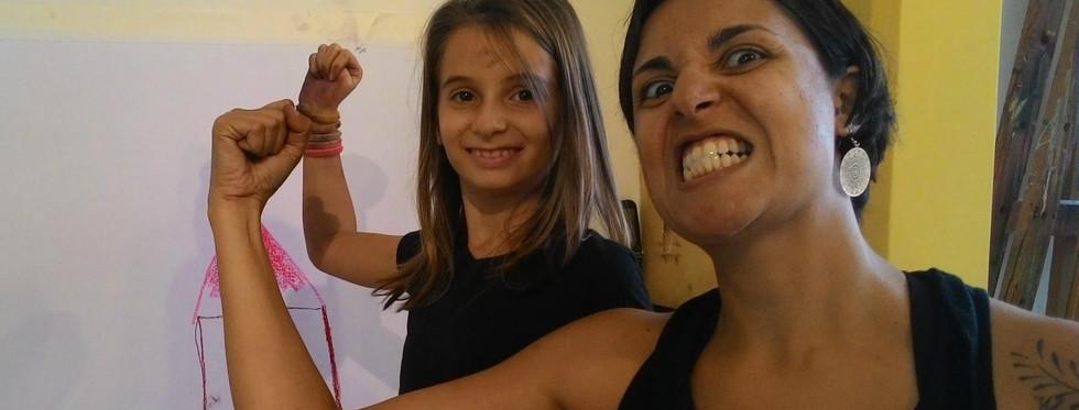 מיכל רביב ומשתתפת צעירה עושות שריר
