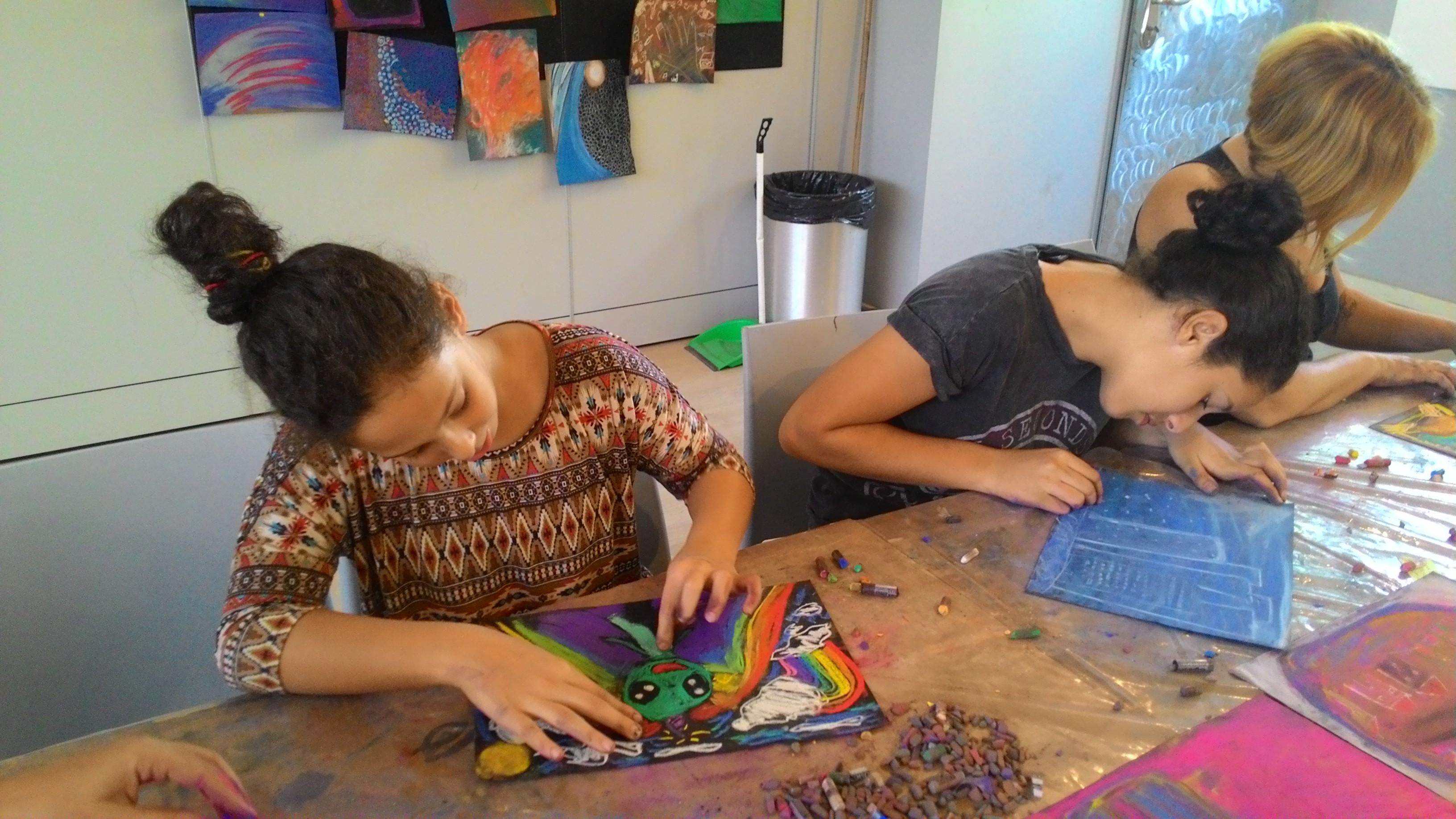 שתי אחיות מציירות ציור אינטואיטיבי