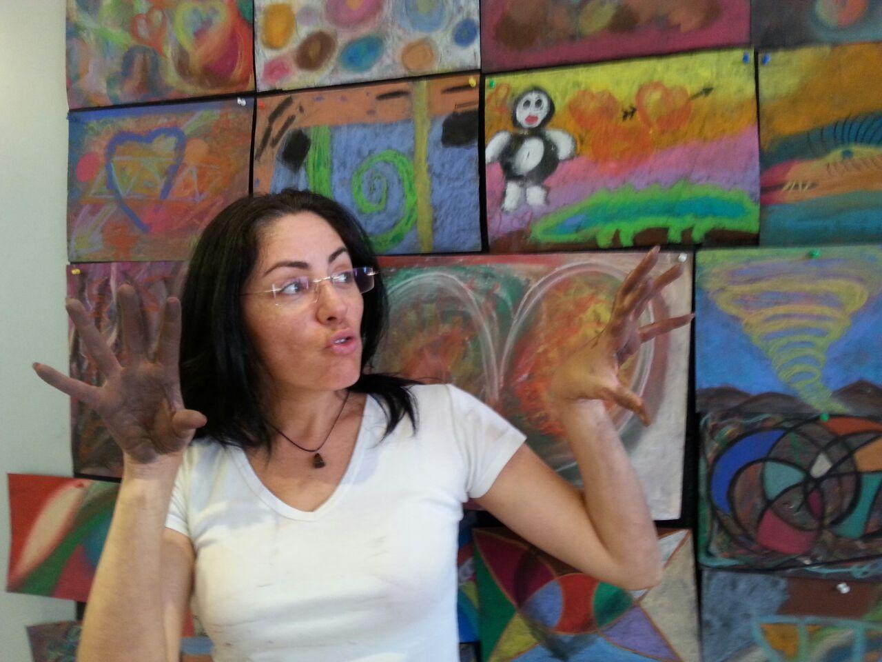 משתתפת עם תערוכת ציורים אינטואיטיבים