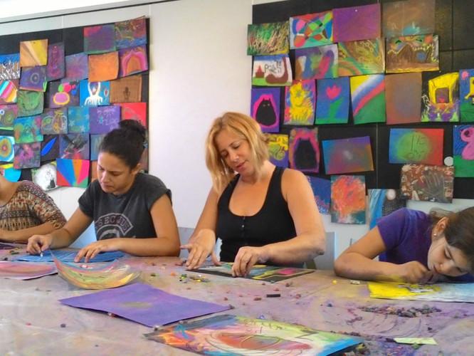 מציירות ממשפחות שונות מציירות יחד