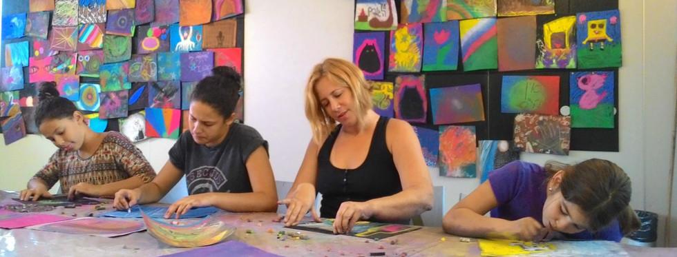 אמהות ובנות ממשפחות שונות מציירות