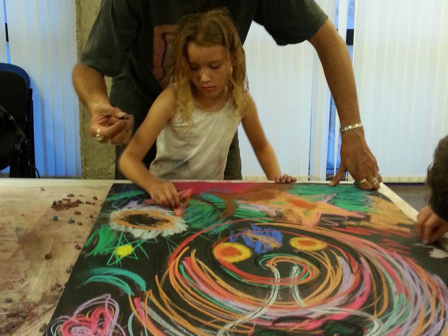 אבא ובת מציירים יחד ציור אינטואיטיבי משותף