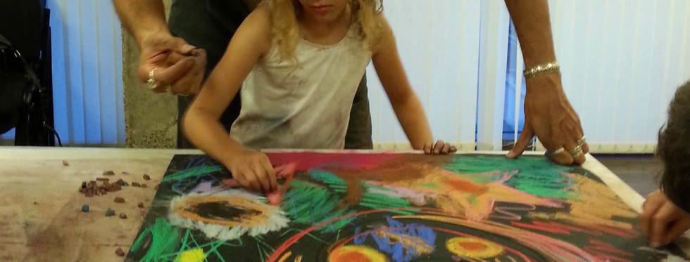 אבא ובת מציירים יחד אינטואיטיבית