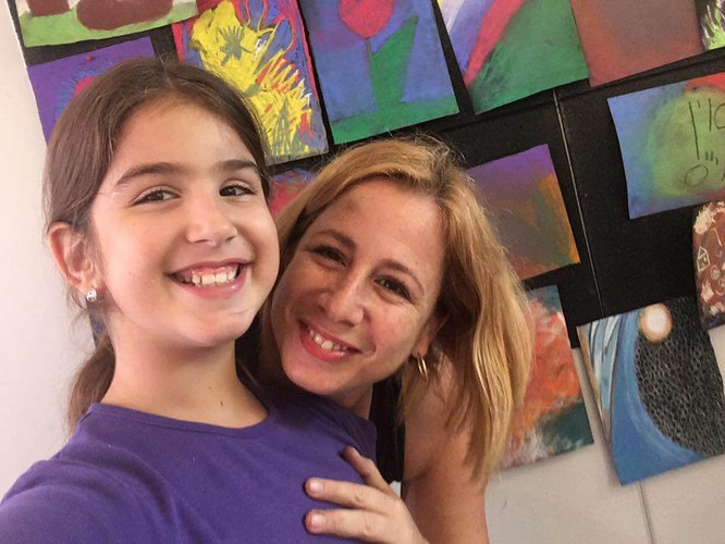 חיוך של אושר מאמא ובת בסדנאת ציור אינטואיטיבי