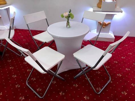 Kaffehaustisch mit Kunststoffsesseln