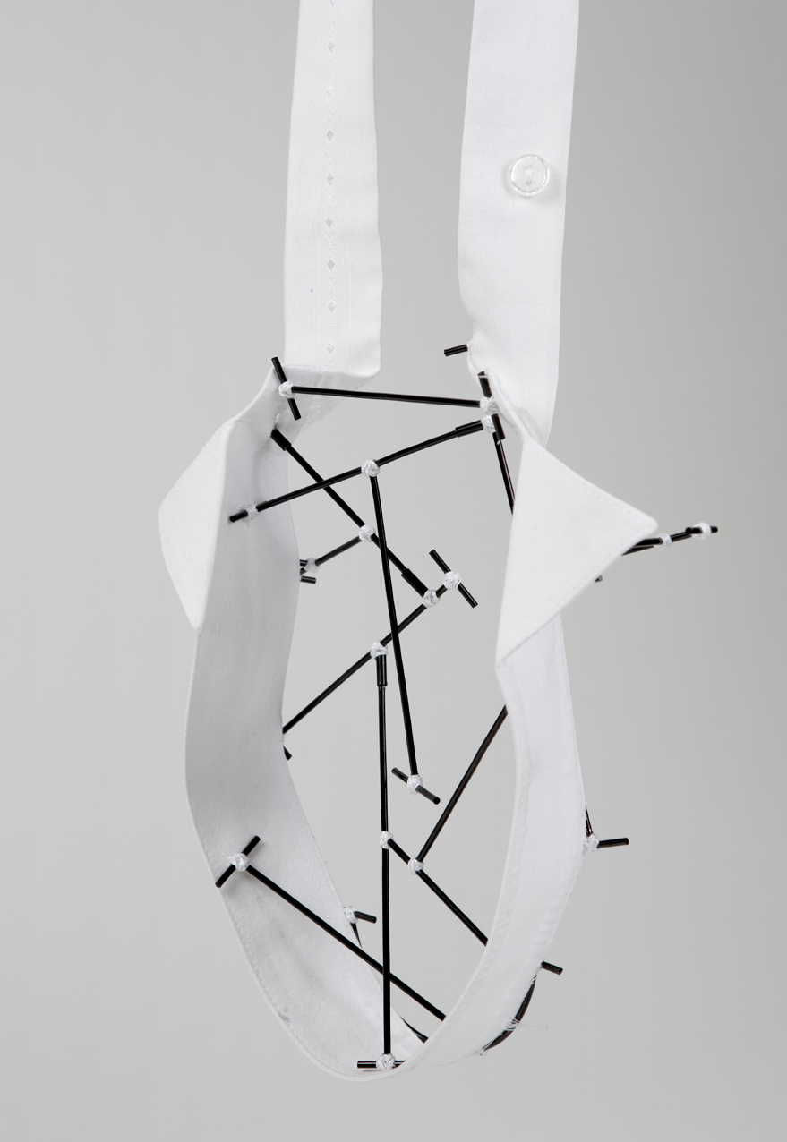 Caso 4 - Pendant, Shirt parts, brass, cotton thread, steel wire. 2015