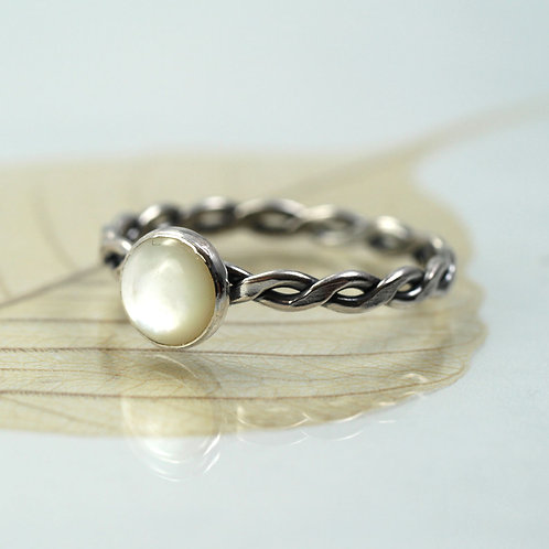Silver Twist Ring with Mother of Pearl