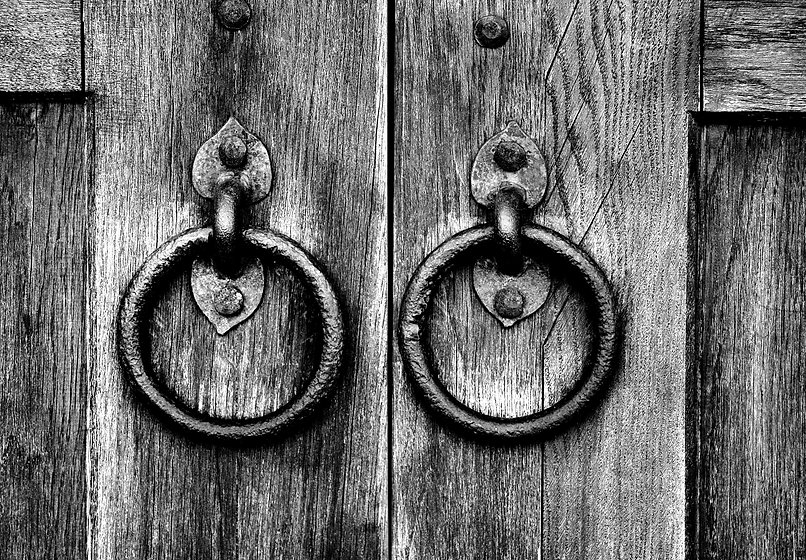 ancient-wooden-gate-with-door-knocker-ri
