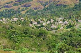 Traditionelles fijianisches Dorf im Landesinneren